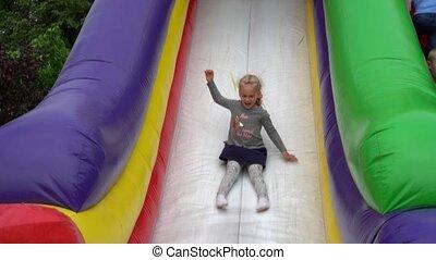 wynikać, dziewczyna, zjedźcie, trampoline., sprytny, plac ...