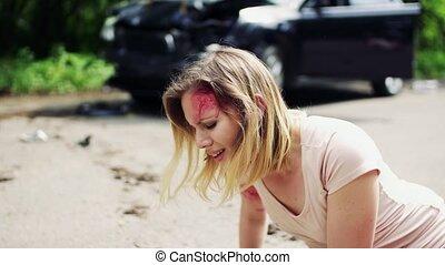 wyrządzona kobieta, accident., zdobywać, wóz, po, młody, do góry, niezdolny, droga
