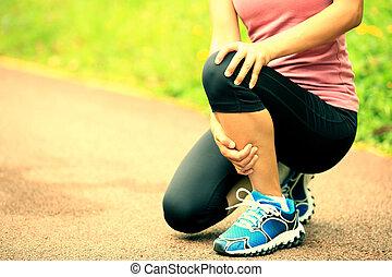 wyrządzona kobieta, jej, biegacz, kolano, utrzymywać