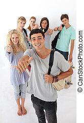 wysoka szkoła, chodzenie, przez, nastolatki