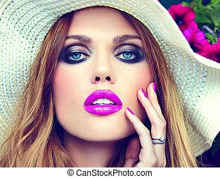 wysoki fason, look.glamor, closeup, portret, od, piękny, sexy, szykowny, blond, młoda kobieta, wzór, z, jasny, makijaż, i, różowe usteczka, z, doskonały, czysty, skóra, w, kapelusz, blisko, lato, kwiaty