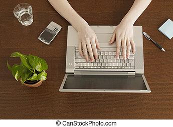 wysoki patrzą, kobieta, kąt, pisząc na maszynie