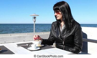 wzruszający, pozadomowa kawiarnia, kobieta, kawa, łyżeczka, młody