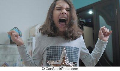 wzruszenie, pojęcie, uczennica, dziewczyna, depresja, mały, powolny, otworzony, jej, wstrząśnięty, nastolatek, płacz, panika, krzyki, problemy, upset., usta, frustration., children., video., wrzaskliwy, hands., styl życia, czapka twarz, ruch, rozpacz