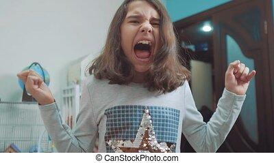 wzruszenie, pojęcie, video, uczennica, dziewczyna, depresja, mały, powolny, otworzony, jej, wstrząśnięty, nastolatek, płacz, panika, krzyki, problemy, upset., usta, frustration., children., wrzaskliwy, hands., styl życia, czapka twarz, ruch, rozpacz