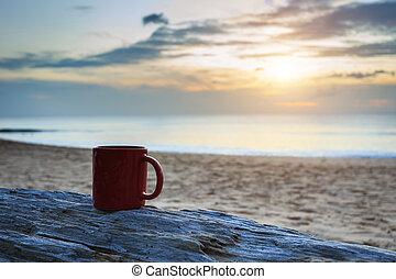 xícara café, ligado, madeira, registro, em, pôr do sol, ou, amanhecer, praia