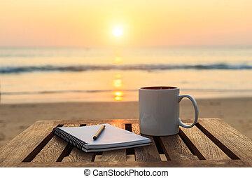 xícara café, ligado, madeira, tabela, em, pôr do sol, ou, amanhecer, praia