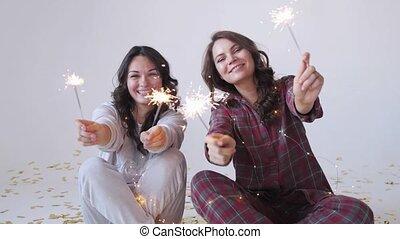 xmas., sparklers, femmes, pyjamas, célébrer, deux, joli