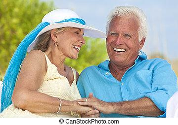 y, pareja, reír, manos de valor en cartera, 3º edad, playa, feliz