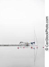 yacht, in, nebbia