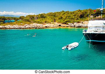 yacht, mit, a, boot, in, der, bucht, auf, der, kueste, von, der, island.