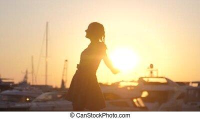 yachts, brouillé, rotation, mer, danses, robe, lent, monture, 1920x1080, femme heureuse, autour de, motion., effet, lentille, sauter, sun., bateaux, flamme, contre, coucher soleil, toile de fond