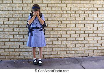 yard, elle, écolière, jeune, pleurer, triste, face couverture, école