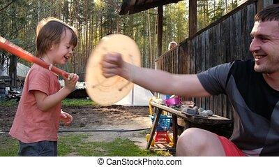 yard, fils, amusement, heureux, forêt, père, village, avoir...