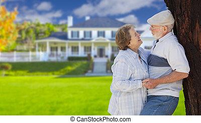 yard, maison, couple, devant, personne agee, heureux