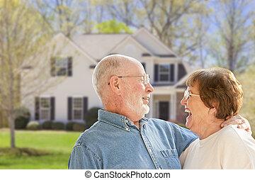 yarda, casa, pareja, frente, 3º edad, feliz