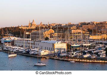 yates, acostado, en, marsamxett, puerto, (valletta, malta)., invierno, sunset.