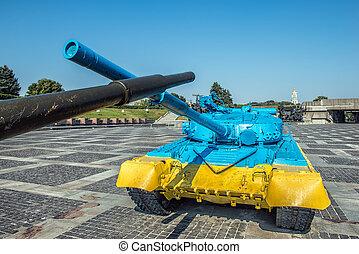 yellow-blue, färg, t-64, cistern, in, kiev, nära, mor, motherland, staty