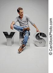 ?yes?!, zelfs, zittende , mannen, metaal, jonge, vrijstaand, grijze , terwijl, brief, het glimlachen, zeggen, mooi