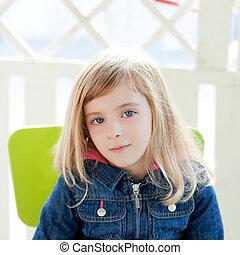 yeux bleus, extérieur, asseoir, portrait, girl, chaise, gosse