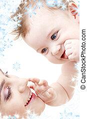yeux bleus, garçon, bébé, toucher, maman, heureux