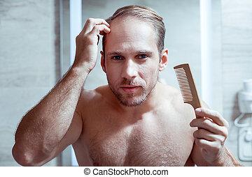 yeux bleus, sien, lavage, douche, après, il, cheveux, peigner, mouillé, homme