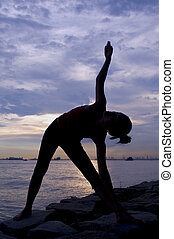 yoga, étendue, à, coucher soleil