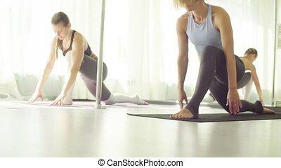 yoga, étirage, deux, exercices, studio., femmes