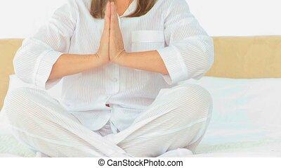 yoga, środek, kobieta, sędziwy