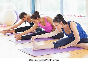 yoga, adattare, stiramento, stuoie, gambe, classe
