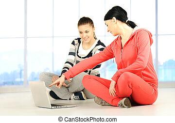 yoga, computador portatil, niñas, dos, rodear, brillante, condición física, utilizar, bautiful