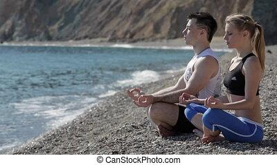 yoga, couple, pose, jeune, côte, assied