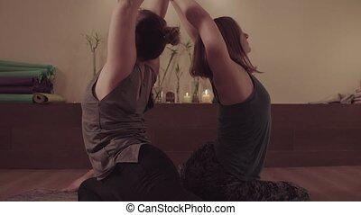 yoga, deux, actif, exercices, symmetrically, femmes