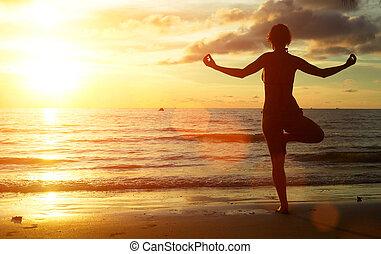 yoga, donna, spiaggia, durante, sunset.
