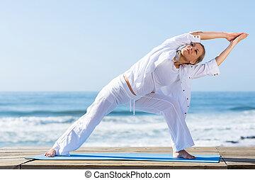 yoga, femme aînée, plage