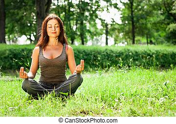 yoga, femme, parc, vert