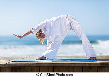 yoga, femme, plage, mûrir