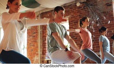 yoga, gens, gymnase, groupe, exercices, confection