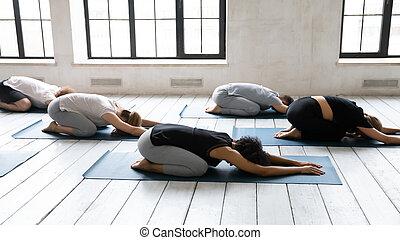 yoga, gens, mensonge, balasana, groupe, asana, nattes