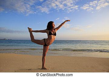yoga, kobieta, wschód słońca, plaża