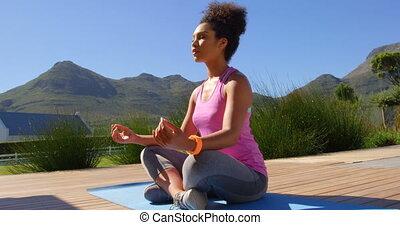 yoga, maison, mélangé-race, vue, joli, arrière-cour, 4k, femme, devant, jeune