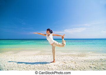 yoga, matured, utfört, kvinnlig, strand, asiat