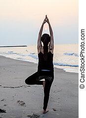 yoga, mujer, en, el, hermoso, playa, en, salida del sol