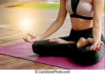 yoga, mujer hermosa, meditar, en, postura lotus