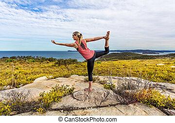 yoga, natarajasana, o, signore ballo, tra, wildflowers