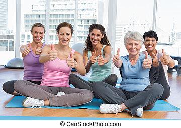 yoga, op, stand, duimen, gesturing, vrouwen
