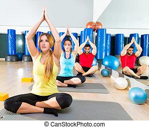 yoga, opleiding, oefening, in, fitness, gym, mensen, groep