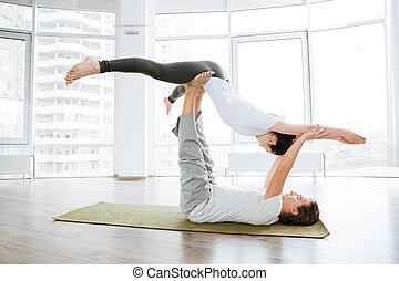 yoga, para, młody, razem, studio, spokojny, practicing, acro