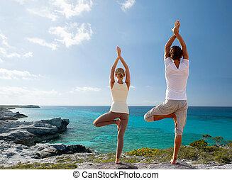 yoga, para, wstecz, wykonuje, zrobienie, plaża