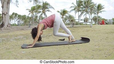 yoga, parc, femme, pratiquer, natte